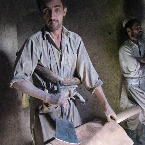 Natürliche-Gerbung: Weitere Fleischreste werden nochmals mit einem anderen Gerät vom Ziegenleder abgeschabt