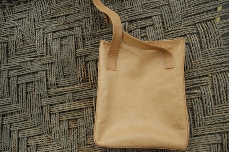 Gundara - Out of Place - messenger bag - back
