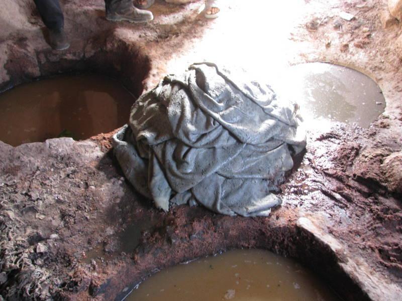 Die Häute liegen im Laufe des natürlichen Gerbeprozesses mehrere Tage in verschiedenen Laugen aus Zutaten wie Granatapfelschalen, Rhabarberwurzeln und Limitten.