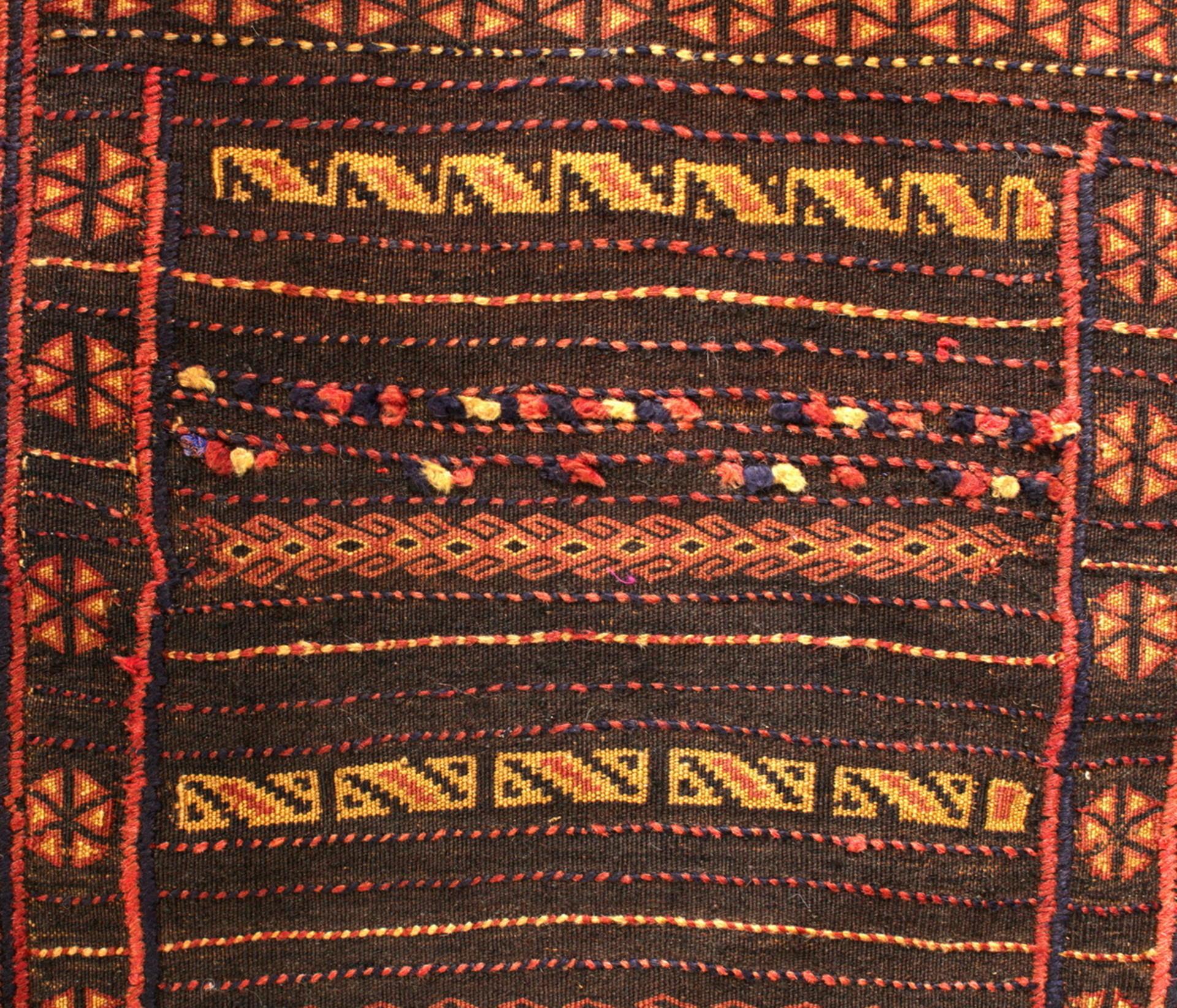 Detailansicht der Stickereien - Gundara