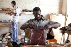 Hier wird der Ledertasche in Ouagadougou der letzte Schliff verliehen