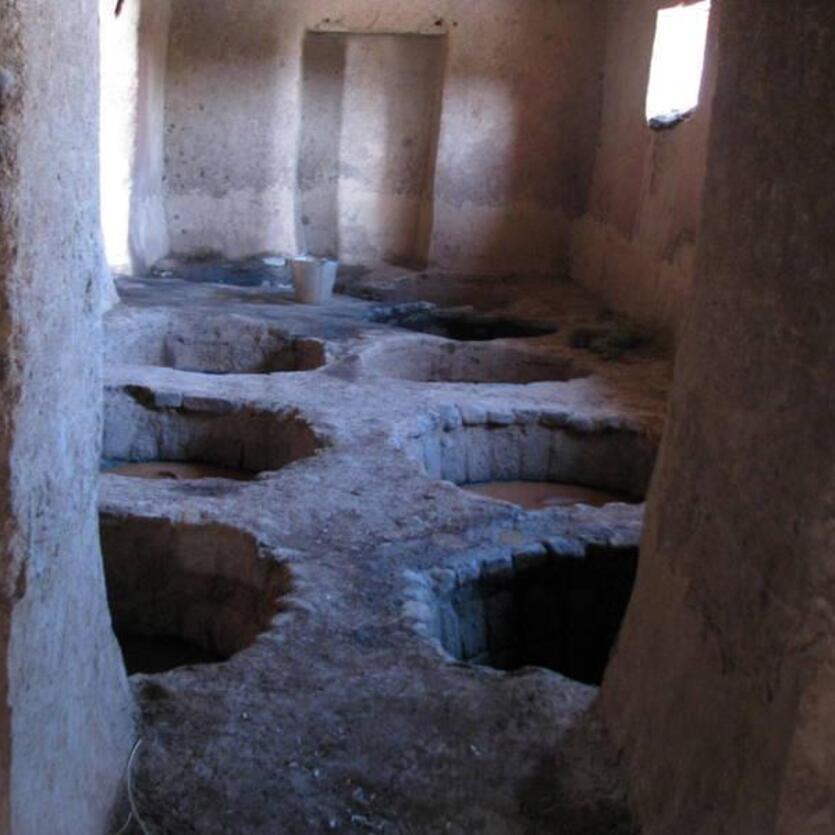 In diesen Lehmlöchern werden in Nordafghanistan die Laugen für den natürlichen Gerbevorgang angesetzt.