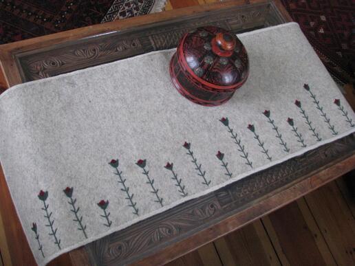 Gundara - Filz-Tischläufer Tulpe - handbestickt