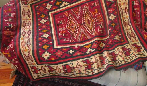 Toller Belutsch-Teppich auf dem Sofa - Gundara