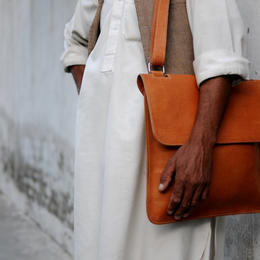 Lorenzo - small laptop bag - photo credit Casey Johnson - Gundara