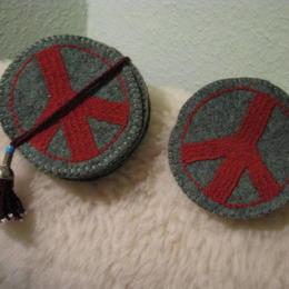Gundara - Friedensuntersetzer aus Wollfilz - rot bestickt