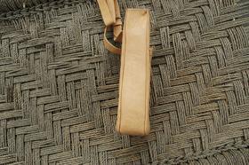 Gundara - Umhängetasche Fällt aus dem Rahmen - Seitenansicht