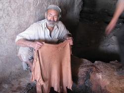 Am Ende werden die gegerbten Häute (chromfrei) aus den natürlichen Laugen genommen und zum Trocknen aufgehängt.